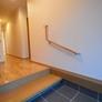 筑前町注文住宅 玄関の段差を低くし、手摺も設置。