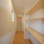 福岡市西区 棚がある脱衣室。奥が浴室です。