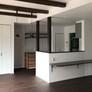 無垢床、無垢梁、無垢柱、キッチン前カウンターをダーク色にてコーディネート