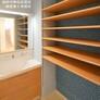 豊富な棚のある洗面室